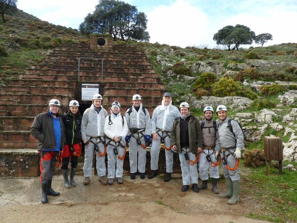 Ausgrabungsteam vor der Cueva de Ardales