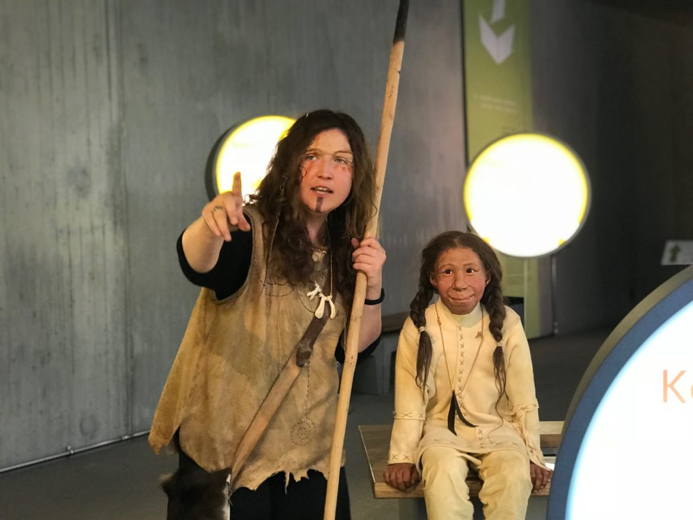 Neanderthalerin Nani mit Neanderthalmädchen Kina (Rekonstruktion)