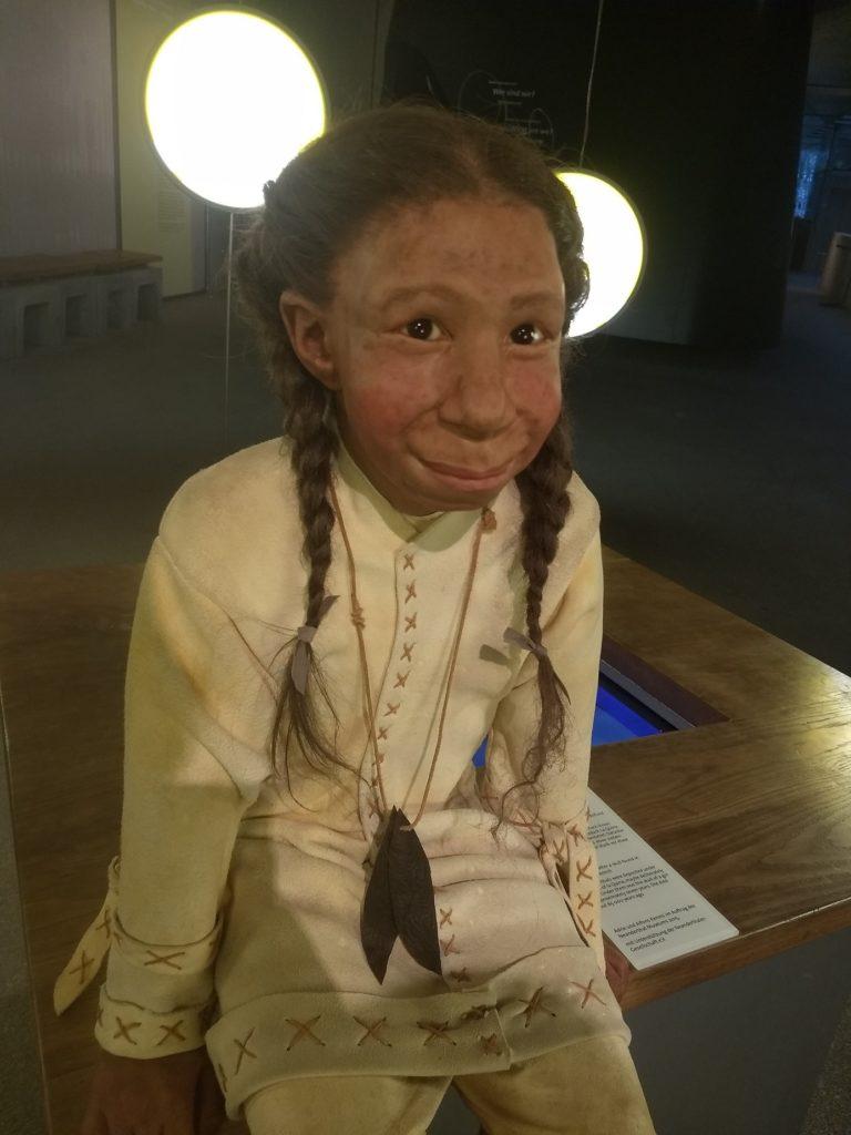 Neanderthaler Mädchen sitzt im Museum