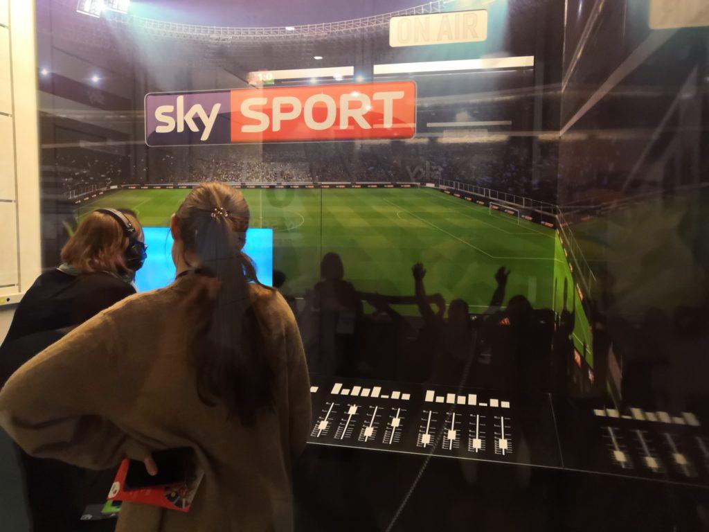 Zwei Frauen stehen in Kommentator Kabine im Fußballmuseum