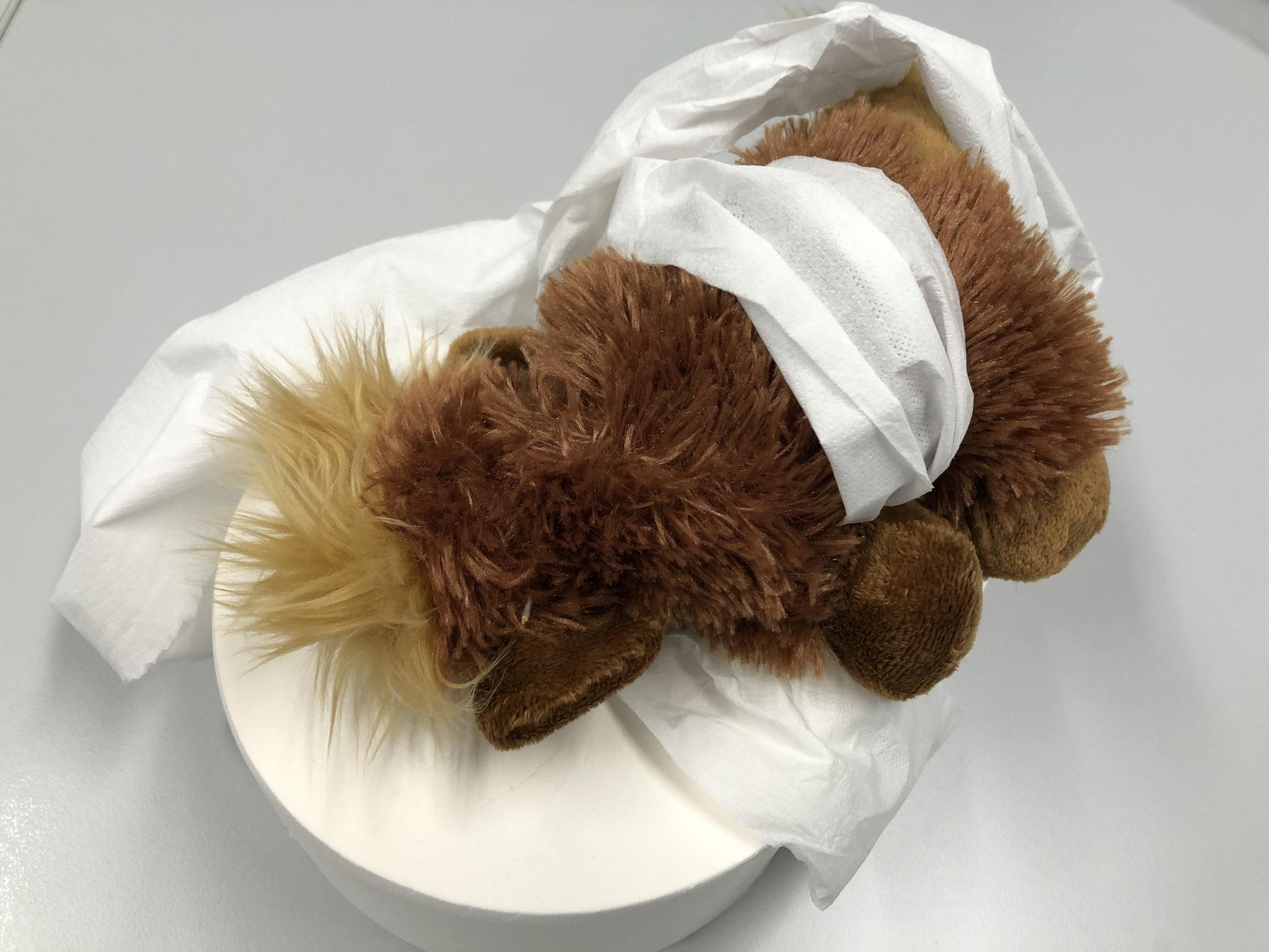 Mammut Plüschtier in Klopapier gewickelt