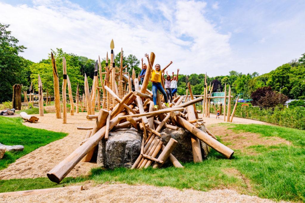 Kinder auf dem Steinzeitspielplatz