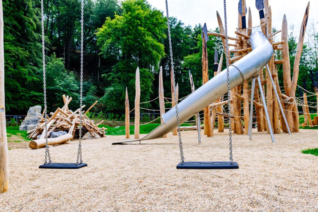 Schaukeln und großes Klettergerüst auf dem Steinzeitspielplatz