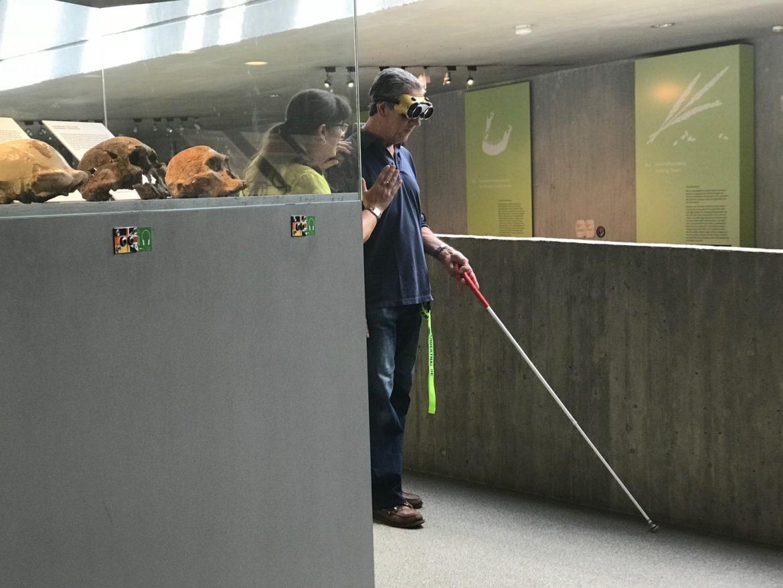 Mann mit Blindenstock vor Vitrine im Neanderthal Museum