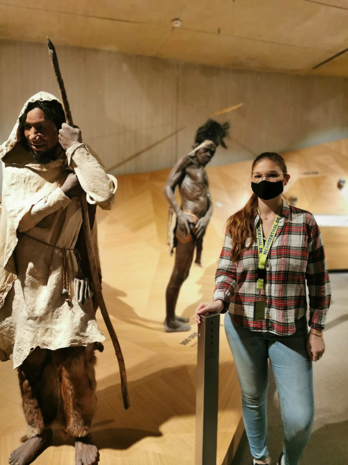 Praktikantin Antonia Scharrenbroch vor dem Stammbusch im Neanderthal Museum