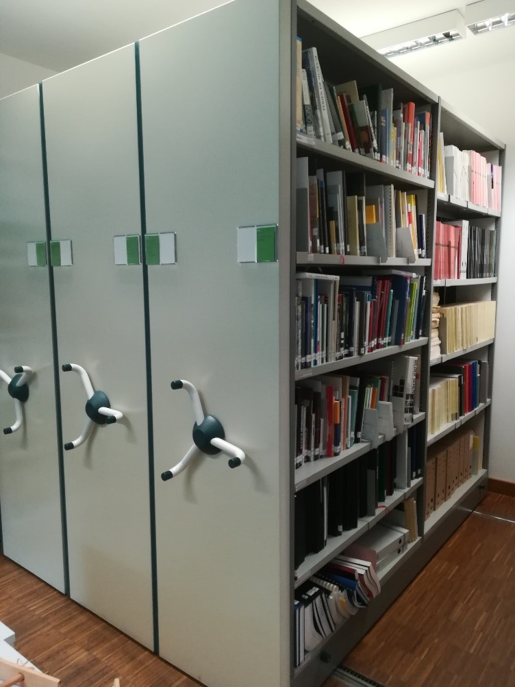 Schränke voller Bücher in der Mediathek im Neanderthal Museum