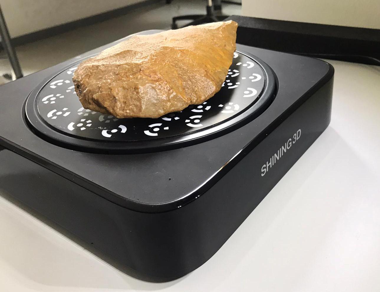 Faustkeil auf dem 3D-Scanner