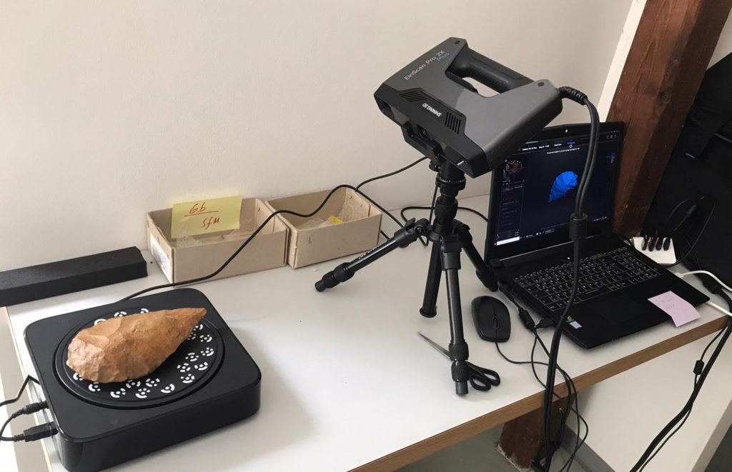 Faustkeil liegt auf dem 3D-Scanner