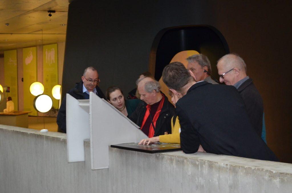 Vertreter des Neanderthal Museums und des Blinden- und Sehbehindertenverbandes an einem inklusiven Tastobjekt in der Dauerausstellung