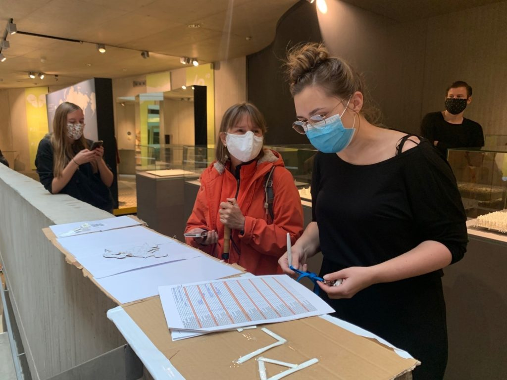 Projektleiterin Anna Riethus und Testerin sowie Projektbeauftragte Tamara Ströter bei Arbeiten in der Dauerausstellung