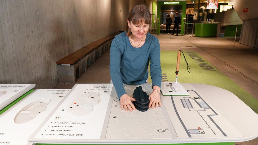 Tamara Ströter erfühlt den Aufbau des Neanderthal Museums an der Taststation am Eingang der Ausstellung.