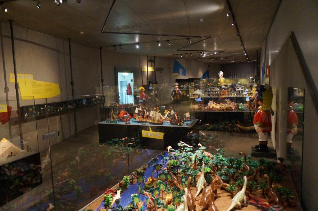 Blick über mehrere Glasvitrinen mit verschiedenen PLAYMOBIL-Welten.
