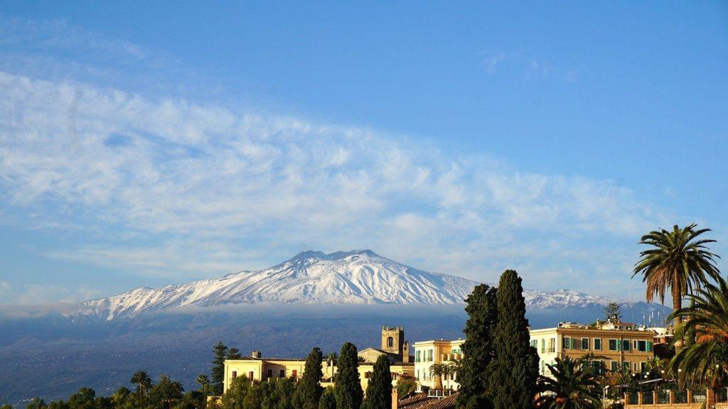 Blick vom Stadtzentrum auf den Ätna auf der Insel Sizilien in Italien
