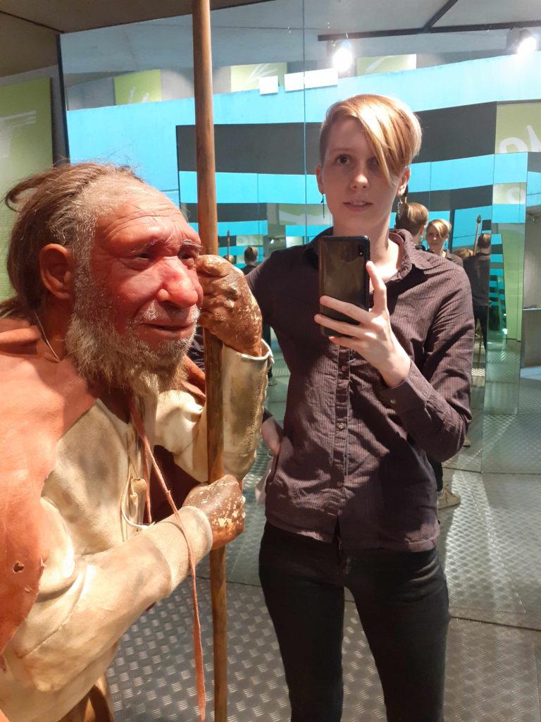 Selfie von Praktikantin Danara mit Neanderthalerrekonstruktion Mr.N im Spiegeltunnel.