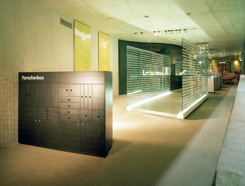 Blick in die Dauerausstellung nach dem Update 2006. Im Vordergrund eine schwarze Forscherbox. Im Hintergrund ein Glastunnel.