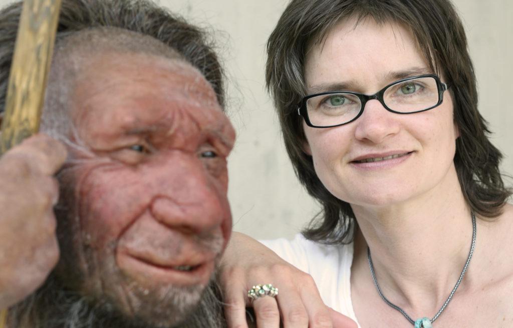 Dr. Bärbel Auffermann lehnt leicht an der Rekonstruktion des Neanderthalers Mr. N.