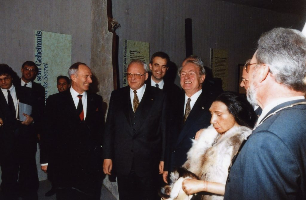 Bundespräsident Herzog und Ministerpräsident Rau und andere mit einer Rekonstruktion in der Dauerausstellung 1996.