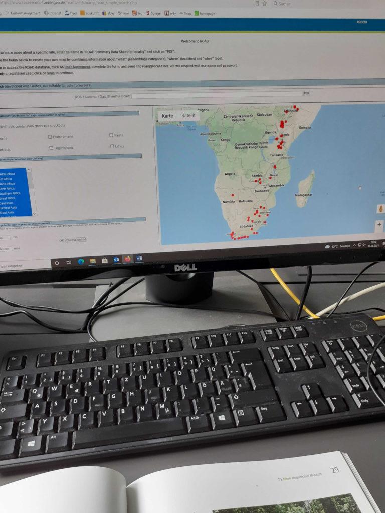 Computerbildschirm am Praktikantenarbeitsplatz zeigt Afrikakarte mit Fundorten der Humanfossilien.